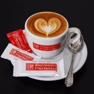 A kávéhoz (csészék, cukor, egyebek)